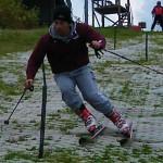 縦にスキーを落としている瞬間