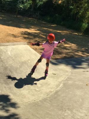 スケートパークでインライン中